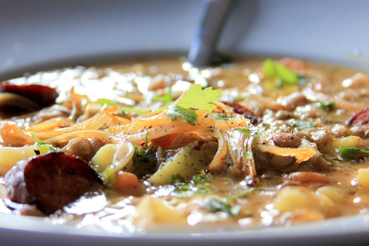 fazuľová polievka s údeným rebrom