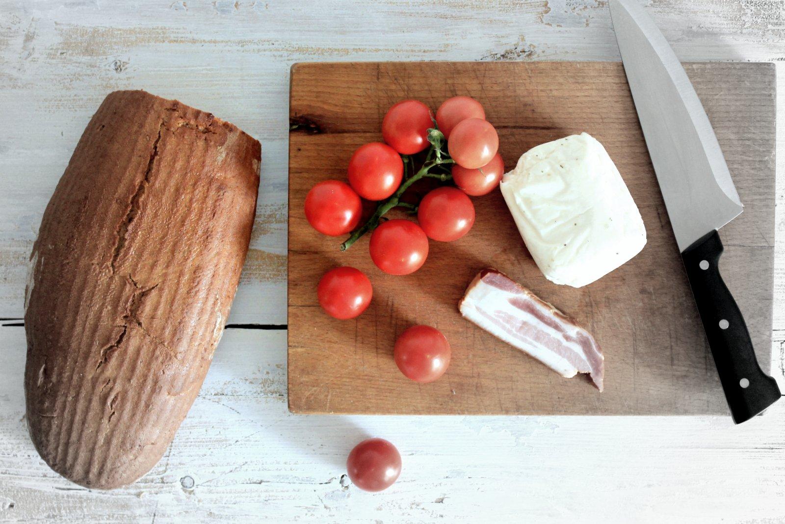 teplý chlebový šalát so syrom halloumi - recept