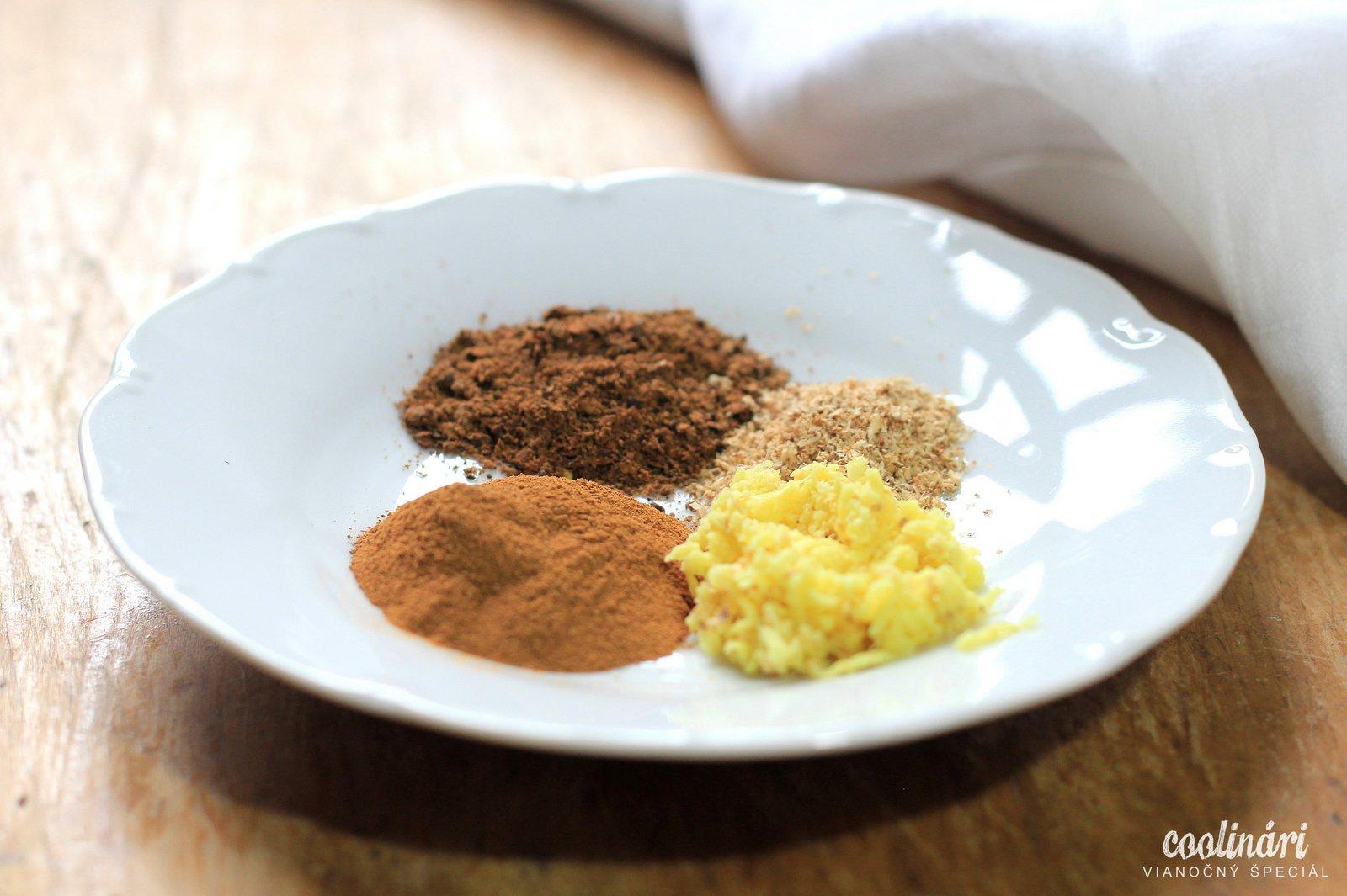 Na prípravu korenených vianoných perníčkov budete potrebovať (50 perníčkov): 1 šálka mäkkého masla ½ šálka práškového cukru 2 šálky hladkej múky 1 ½ lyžičky mletého nového korenia 1 lyžička mletej škorice 1 lyžička mletého muškátového orieška 1 a ½ lyžičky nastrúhaného zázvoru ½ lyžička mletých klinčekov ½ lyžička soli 4 čajové lyžičky vanilky 2 žĺtky Na obaľovanie: 1 ½ šálky práškového cukru ½ lyžičky mletých klinčekov 1 a ½ lyžičky mletej škorice
