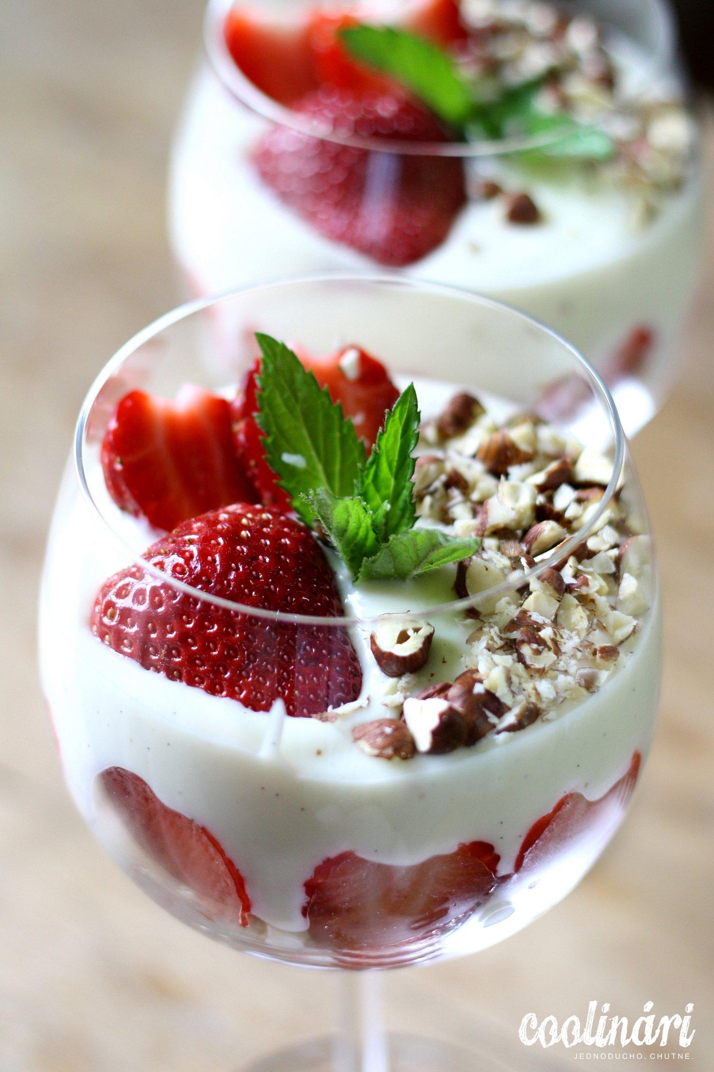 jahodový megapohár s domácim vanilkovým krémom