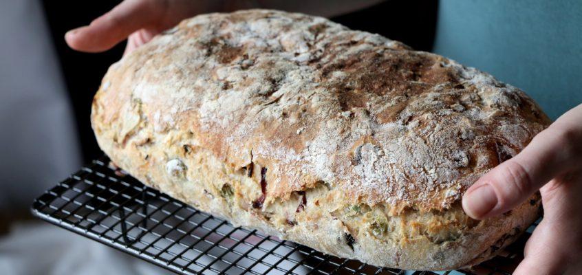 Cibuľový chlieb s medvedím cesnakom
