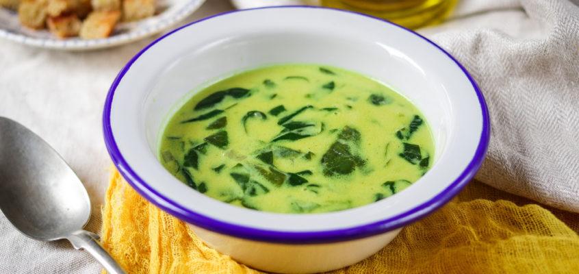 Špenátová polievka s kokosovým mliekom a indickým kari
