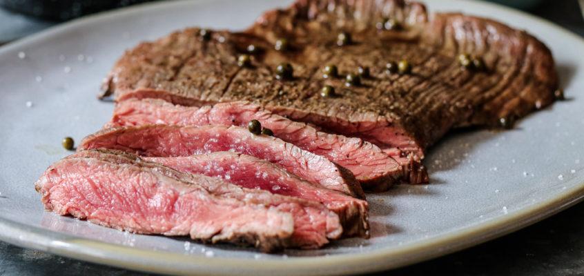 Flank steak s omáčkou zo zeleného korenia a pečenou zeleninou s korením Ras el Hanout