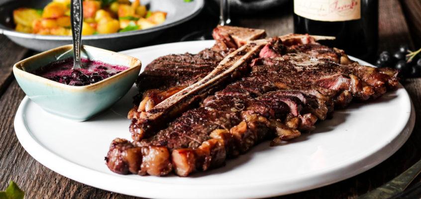 T-bone steak s omáčkou z červeného vína a arónie