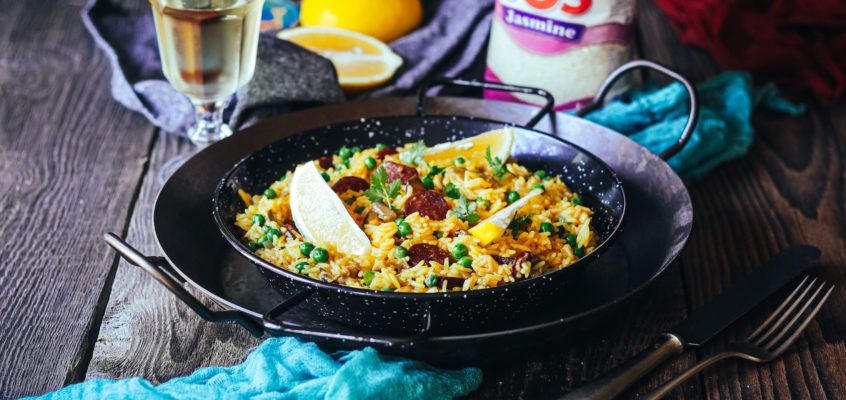 Paella s chorizom a kuracím mäsom